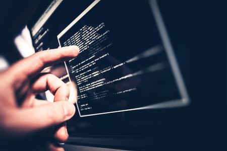 typing: Programador de Trabajo. Programador Mostrando C�digo Problema en la pantalla. Foto de archivo