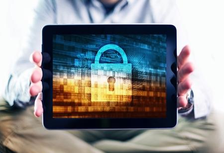 인터넷 사용자 보호 개념 사진. 디스플레이에 인터넷 보안 개념 그림과 태블릿 컴퓨터 모바일 장치를 도시 남자입니다. 인터넷에서 안전.