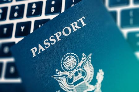 foto carnet: Viajes Online planificaci�n concepto Foto. Estados Unidos de Am�rica Pasaporte en el teclado de ordenador Cerca Fotos. Foto de archivo