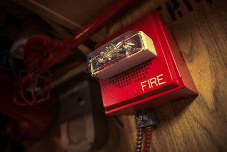 Fire Alarm with Strobe Safety Device Connected to Fire Response System. Stockfoto