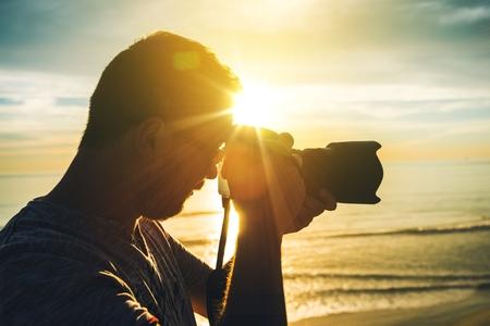 Leren Fotografie bij zonsondergang. Fotograaf Oefenen Foto's maken. Stockfoto