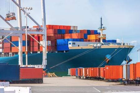 貨物船の負荷。海の交通機関のテーマです。貨物用コンテナーを読み込んでいます。