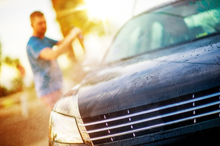 Men Washing His Car Using Self Service Car Wash Equipment. Archivio Fotografico