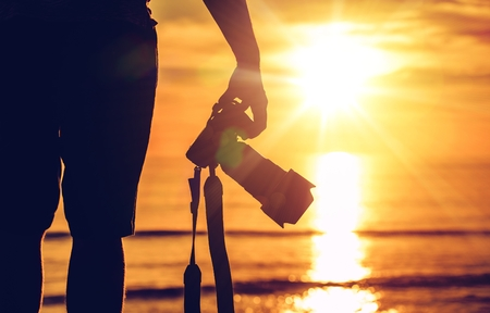 Sunset Photography. Photographer Ready to Take Sunset Pictures on the Beach. Professional Travel Photography Works. Foto de archivo