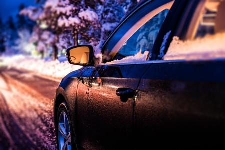 neige qui tombe: Winter Night Drive. Voyager en voiture dans des conditions hivernales. Saison d'hiver sur la route.