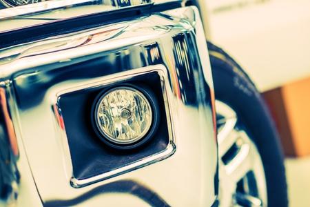 車のフォグはハロゲンのライトし、ピックアップ トラックのバンパーをクローム メッキします。 写真素材
