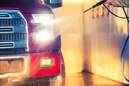 camioneta pick up: Lavado de coches Primavera. Limpieza completa camioneta pickup Tama�o en la estaci�n de lavado de coches. Editorial