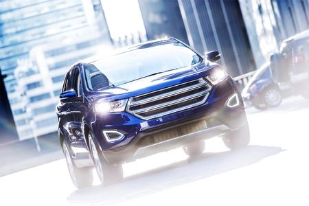 市の路上で現代の車。濃いブルーの SUV スポーツ ユーティリティ車。輸送テーマ。