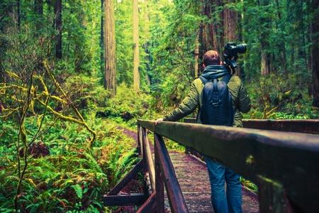 Profesionální Nature Fotograf na Putování s Jeho fotografické vybavení. Reklamní fotografie