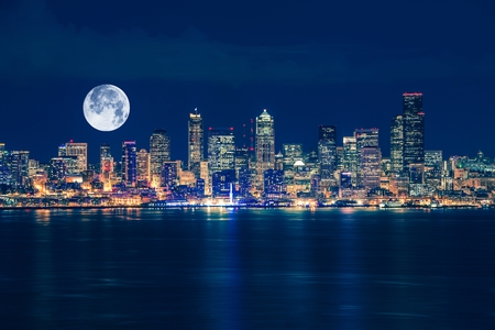 Seattle en de Maan Horizon van de Nacht. Seattle, Washington, Verenigde Staten.