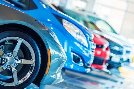 딜러 쇼룸에서 판매 브랜드의 새로운 자동차. 자동차 사업.