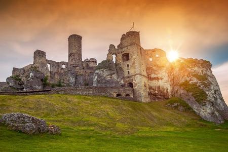 castello medievale: Ogrodzieniec Castle è un castello in rovina medievale nel Cracovia-Cz?stochowa, in Polonia, Europa.