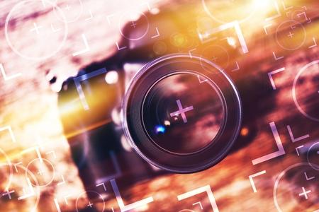 Foto Camera Lens Glas Closeup. Moderne Kamera auf der alten Holztisch mit Concept Foto-Element. Fotografie Konzept.