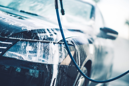 autolavado: Veh�culo en el Car Wash cubierto por espuma de lavado activo.