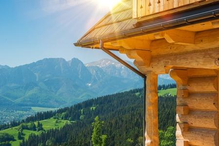 Willkommen in Zakopane. Traditionelle Holz Zakopane Stil Architektur und Tatra-Gebirge mit Berg Giewont in eine Front. Lesser Poland, Europe. Witkiewicz Stil Architektur. Standard-Bild