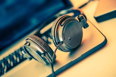 Kopfhörer auf Laptop-Computer