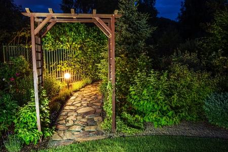 jardines con flores: Jardín iluminación por la noche.