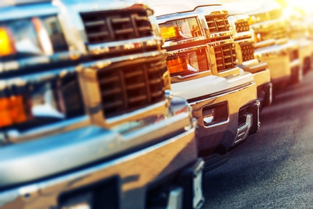 hilera: Fila de estrenar Vehículos a la Venta en Dealer Estacionamiento Foto de archivo