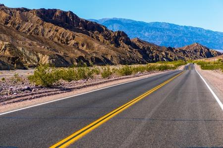 desierto: Carretera del desierto del sur de California, cerca de Valle de la Muerte. Estados Unidos.