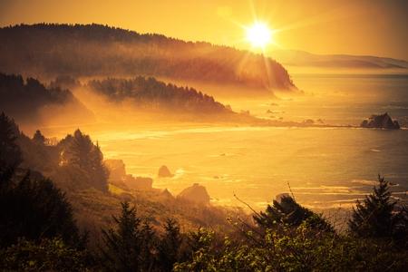 puesta de sol: Puesta del sol costera de California. Shoreline Entre Crescent City y Eureka en el norte de California, Estados Unidos. Puesta de sol esc�nica.
