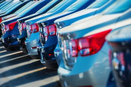 Row of New Cars on the Car Dealer Parking Lot Foto de archivo