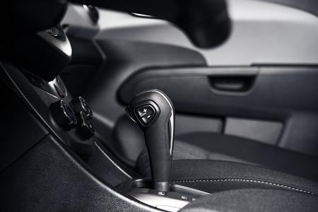 palanca de cambios: Transmisi�n autom�tica Shifter interior moderno autom�vil compacto.