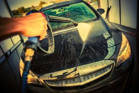 Kfz-Reinigung in einer Autowaschanlage. High Pressure Auto waschen. Die Pflege eines Autos.
