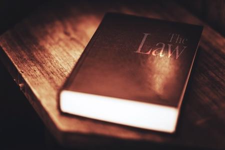 DERECHO: El Libro de la Ley. Inclinándose la Ley Concepto de fotos. Foto de archivo