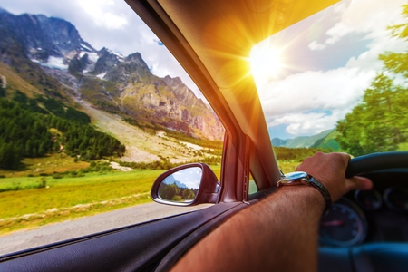 山の夏の遠征。アルプス山脈に沿って運転。 写真素材