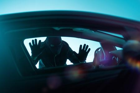 자동차 강도 개념 사진입니다. 강도 창을 통해 찾고입니다. Carjacking Theme.
