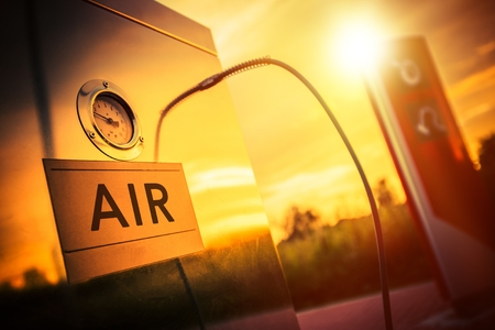 estacion de gasolina: Gasolinera compresor de aire. Neumático Inflado Tema. Aire del neumático Presión Check. Foto de archivo
