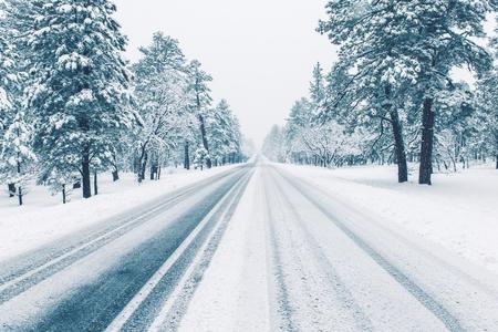 Weg van de winter bedekt met ijs en sneeuw. Winter Weer Road Condition.