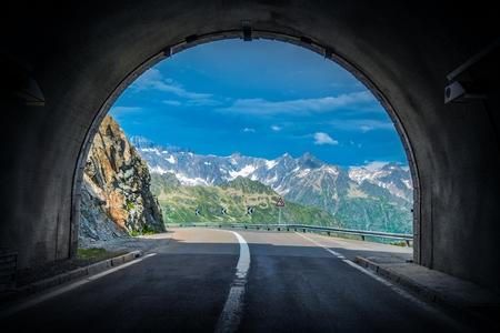 tunel: Scenic Swiss Alps Drive. Túnel de paso de montaña en las montañas de Alp de Suiza.