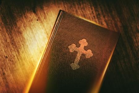 기독교의 책. 빛나는 빛 개념에 빈티지 책. 기독교 교육.