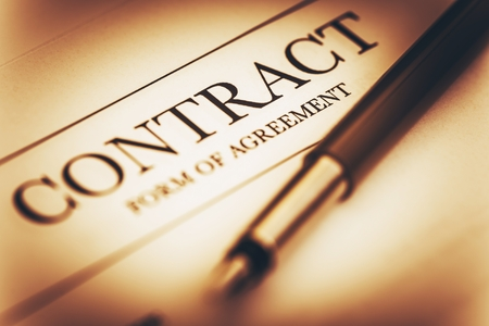 legal document: Contrato Firma Foto del concepto. Acuerdo de contrato y de la pluma del primer. Sepia de clasificación de color. Foto de archivo