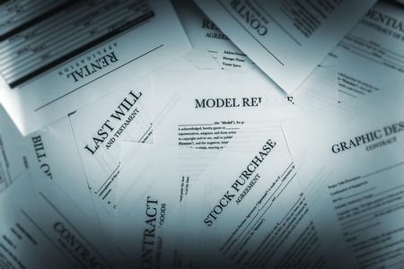 Pile de documents juridiques Gros plan. Les contrats, les rejets et les Applications.