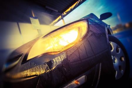 Mycie samochodów zbliżenie. Nowoczesna myjnia samochodów Wewnątrz Zbliżenie reflektorów.
