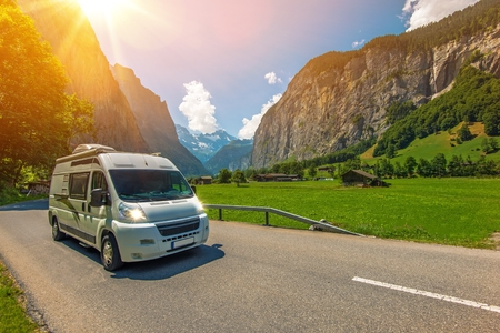 Klasa B Camper Van w europejskim regionie Jungfrau w Szwajcarii. Podróżując w kamperem. RVing w Europie. Zdjęcie Seryjne