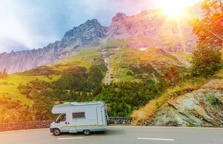 Camper Mountain Trip. Klasa C Camper Van na lato Mountain Road. Camper Journey. Zdjęcie Seryjne