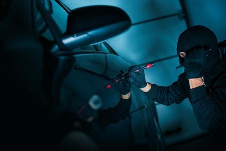 car theft: Theft Auto tratando de abrir la puerta usando la herramienta especializada. Car Concept ladr�n. Foto de archivo