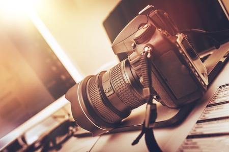 aparatos electricos: Fotograf�a de la estaci�n de trabajo digital. Moderna c�mara r�flex digital, ordenador port�til y pantalla. Foto de archivo