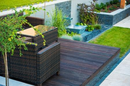 Moderní Zahradní architektura. Dřeva a kamene. Zahradnictví téma.