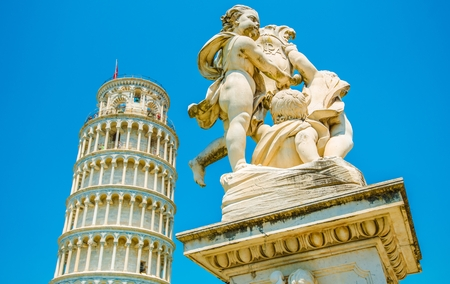 Putti Fontein en de scheve toren van Pisa. Piazza dei Miracoli. Plein van de Wonderen. Pisa, Toscane, Midden-Italië, Europa.