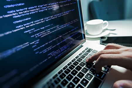 Programowanie czasu pracy. Programista Wpisanie nowych linii kodu HTML. Laptop i r?cznie Zbli?enie. Czas pracy. Web Design Business Concept.