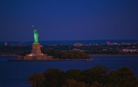 liberty island: New York Statue of Liberty at Night. Liberty Island in New York Harbor in New York City, United States of America.