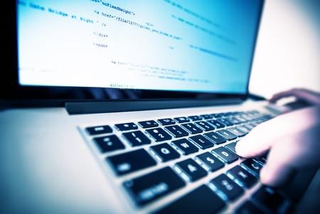 Laptop Computer Works. Programmatore Web sul luogo di lavoro. Codice Uomini Navigazione sito web di origine.