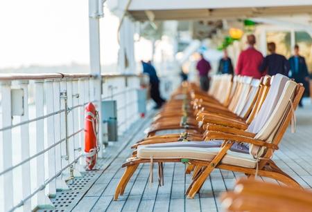 Kreuzfahrtschiff aus Holz Liegestühle und einige ältere Touristen.