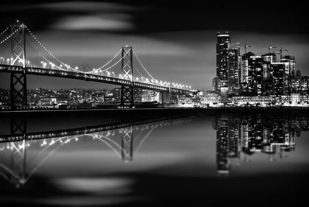 La Bahía de San Francisco en la noche en Blanco y Negro. Puente y San Francisco Skyline. Monocromo.