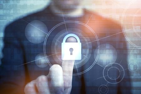 Koncepcja bezpiecze?stwa sieci z Biznesmen dotykaj?c zamkni?tej k?�dki jako symbol bezpiecze?stwa. Internet Security Technologies. Ochrona has?em dost?pu.