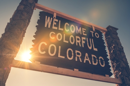 united states of america: Welcome in Colorado State Entrance Wooden Welcome Sign. Colorado, United States. Stock Photo